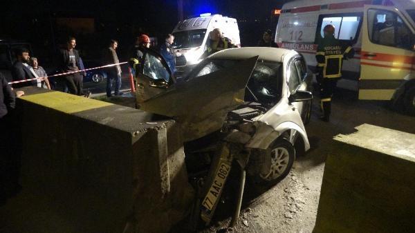 Kapatılan yolun bariyerine çarptı: 2 yaralı